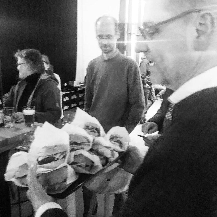 After-Work bei @lille.beer und @johnsburgerskiel. Ein muss! #tgithursday #kiel #neuwerk #architektur #bier #burger