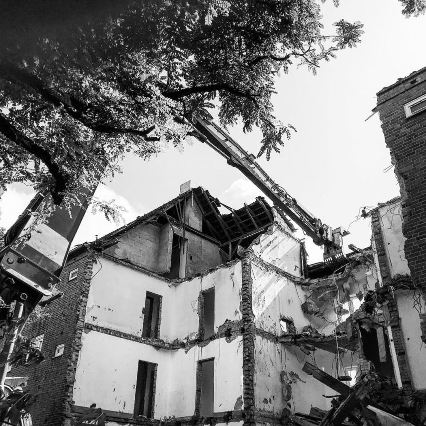"""Auf die Bagger fertig los! Die Abbrucharbeiten unseres WOGE-Projektes """"Wohnpark Uhlenrader Eck"""" haben begonnen… #einsturzendeneubauten #kiel #architektur #neuwerk"""