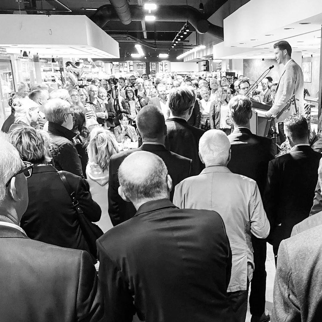 Mit Pauken und Trompeten... wurde der neue Grümmi-Markt im a&b Center eröffnet. Keine zwei Monate nach Beginn der Umbauarbeiten!  sagt DANKE dass wir ein Teil von diesem Projekt sein durften, DANKE an alle Beteiligten und wünscht Familie Grümmer und auch Keste Meeresdelikatessen gute Geschäfte und glückliche Kunden!
