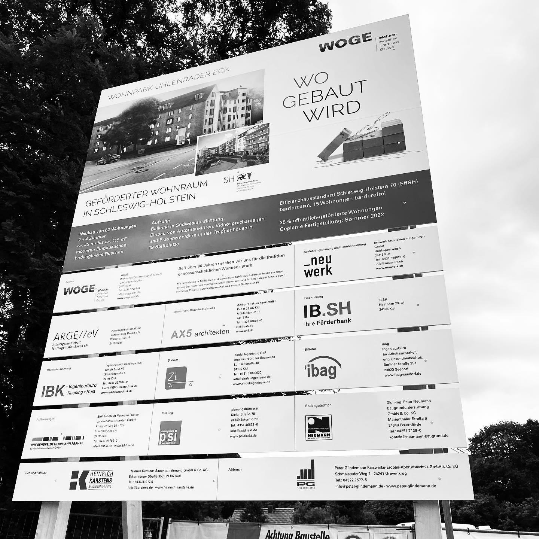 Bauschild steht, Baugrube wächst, Verbau wird eingebracht ... Läuft! In Kiel-Hassee entsteht ein neues Wohnquartier der WOGE Wohnungsbau-Genossenschaft Kiel eG: 62 moderne Wohnungen unterschiedlicher Größe, teilw. gefördert und barrierefrei, Effizienzhaus-Standard SH 70. Fertig im Sommer 2022.