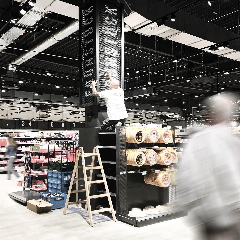 Es ist angerichtet! Heute eröffnet der EDEKA @kommzumeyers in Neumünster im #freesencenter! Auf über 5.000qm können Sie ein neues Einkaufsgefühl erleben. Der Supermarkt mit Marktgefühl! Für mehr Regionalität und Identität! WirLebensmittel! WirArchitektur!