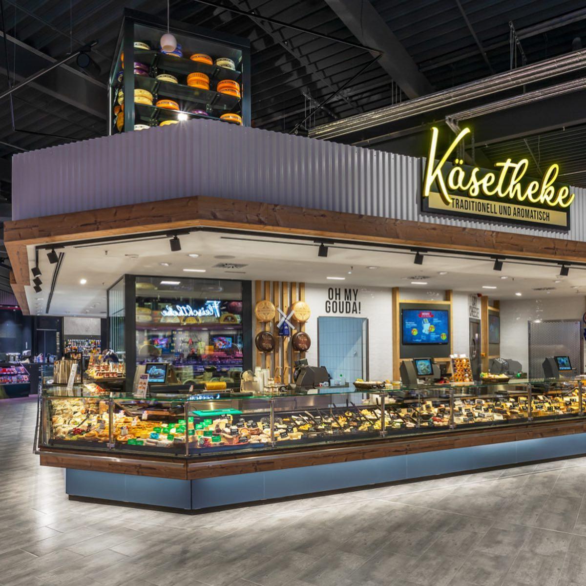Als Resultat eines erfolgreichen Teamworks eröffnete 2020 in nur 9 Monaten Bauzeit nicht nur der mit ca. 5.400 m² Verkaufsfläche größte selbstständig geführte EDEKA-Markt Schleswig-Holsteins, sondern ebenso ein zukunftsweisender Markt mit Wiedererkennungswert, der Einkaufen zum Erlebnis macht. Basierend auf der Idee eines Marktplatzes wird der Fokus auf Frische gelenkt. Hochbauliche Einbauten wie ein 2-geschoßiger Gastronomieblock, ein Fisch-Käse-Tresen, Deckenkoffer oder auch die eingestellten, raumhohen Wände strukturieren die Ladenfläche und schaffen ein Raumerlebnis. Mehr zu diesem Projekt erfahrt ihr auf unserer Homepage. Den Link findet ihr in unserer Bio. FOTOS: @3komma3